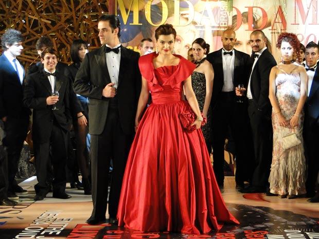Desirée chega deslumbrante no vestido de Victor Valentim