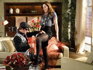 Após jogo de sedução, Jaqueline e Victor Valentim se beijam