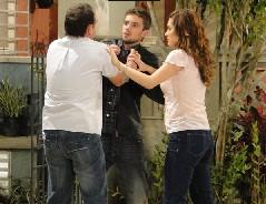 Jorgito vai procurar Desirée e Gino o agride