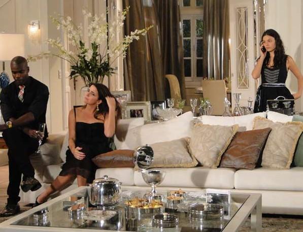 Marcela sem saber que é ele fala com Renato no celular de Stela