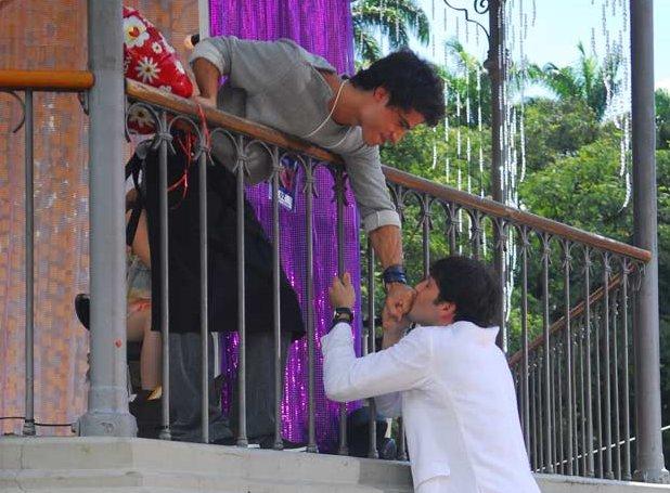 Osmar dá um balão em forma de coração para Julinho