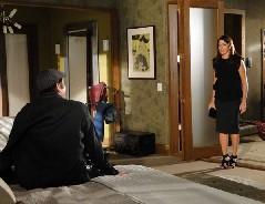 Suzana flagra Ari se vestindo como Victor Valentim