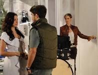 Luisa flagra Marcela e Edgar conversando